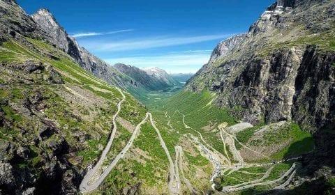 Uitzicht over de Troll Road met haar elf haarspeldbochten in een groene vallei