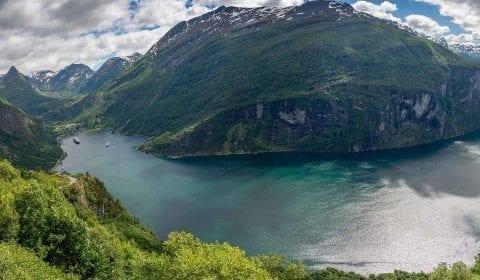 Panoramautsikt over Geirangerfjorden fra Ørnevegen, på veien mot Herdalssetra