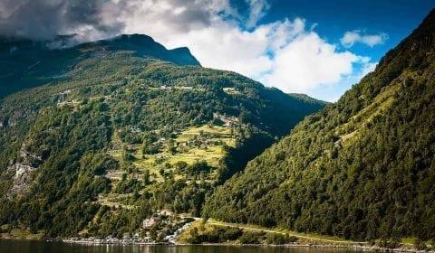 Vista verso la strada serpentina delle Aquile andando su per le montagne a Geiranger, Norvegia