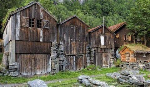 Vecchie casette di legno lungo la strada nelle montagne andando verso la fattoria di Herdal a Geiranger