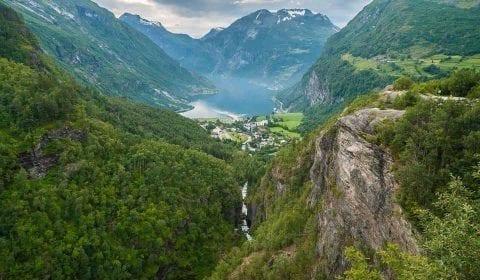De adembenemend mooie Geirangerfjord tussen hogen bergen gezien vanaf Flydlasjuvet