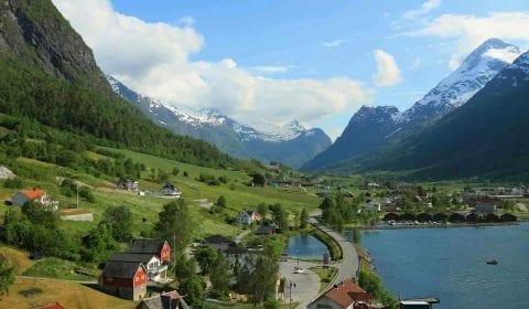 Uitzicht over het dorp Olden in een groene vallei tussen de bergen