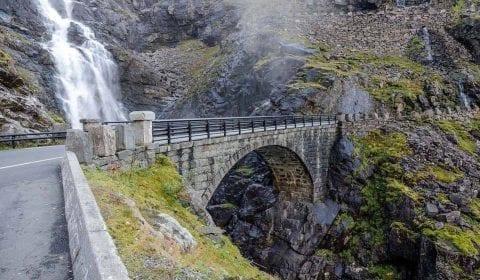 Ponte di pietra, parte della Strada dei Troll, attraversando la spettacolare cascata di Stigfossen