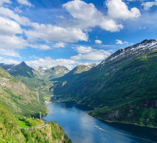 Ferry en el Geirangerfjord visto desde el punto de vista de la carretera del Águila