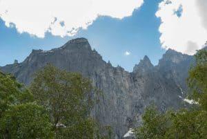 Europas høyeste vertikale fjellside, Trollveggen, på en klar dag, Åndalsnes, Norge