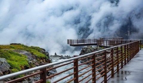 Utkikkspunktet på toppen av Trollstigen i skyene
