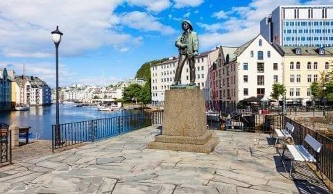 Statue de Fiskergutten, fils de pêcheur, au canal Brosund dans la ville Art Nouveau d'Ålesund, Norvège.
