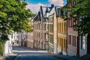 Rustige straat met groene bomen en kleurrijke Art Nouveau huizen in het centrum van Ålesund, Noorwegen