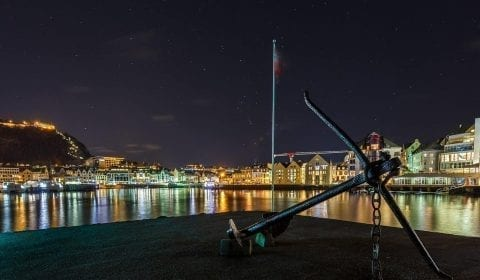 Ancora su un piccolo molo nel centro città di Ålesund in una serata sotto le stelle