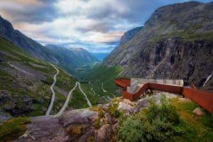 Utkikkspunktet på toppen av Trollstigen med en spektakulær utsikt over Trollstigen og den grønne dalen