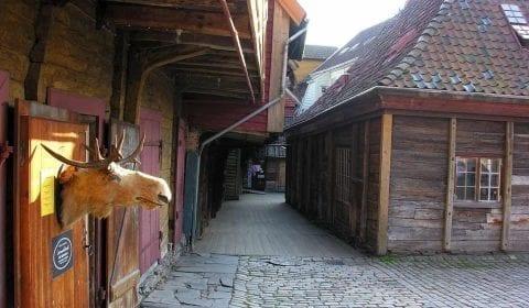 Maisons en bois dans une rue étroite du quartier hanséatique de Bryggen à Bergen, Norvège