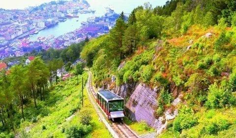 Utsikt mot Fløibanen på vei opp i Bergen, bysentrum i bakgrunnen