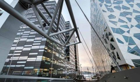 En sen ettermiddag langs Barkoderekken, moderne arkitektur i Oslo, Norge