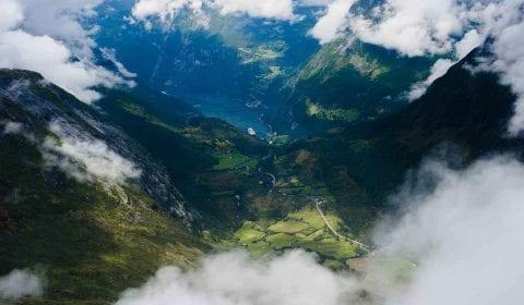 Berge in den Wolken, Blick vom Dalsnibba über den Geirangerfjord, das grüne Tal und das Dorf Geiranger