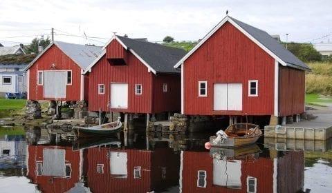Rode en witte boothuizen aan de waterkant in het dorp Bud, vlakbij Molde, Noorwegen