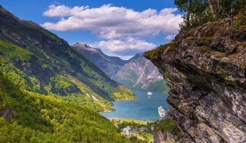 Spektakulärer Blick von Flydalsjuvet über den UNESCO Geirangerfjord in Geiranger, Norwegen
