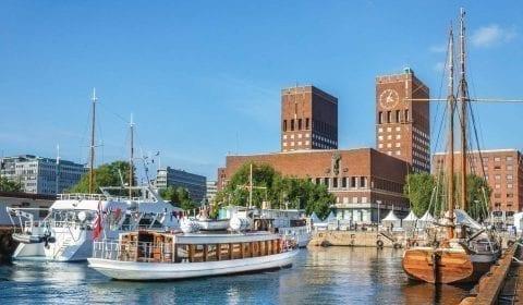 Das Rathaus mit seinen beiden Türmen neben dem Hafen in Oslo, Norwegen